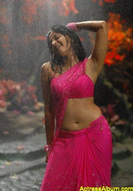 Anushka-Navel-exposed