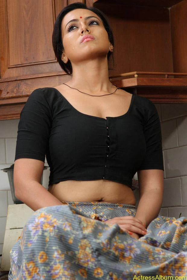 22 telugu aunty boobs pressing with black saree 4