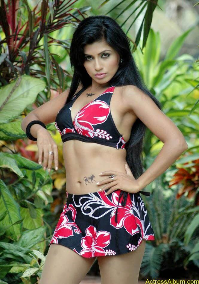 Aarthi Puri Hottest Bikini Photos  5