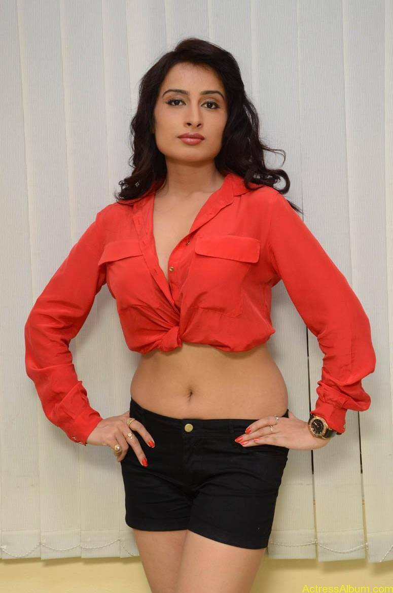 Actress Ananya thakur Navel Show Photos7