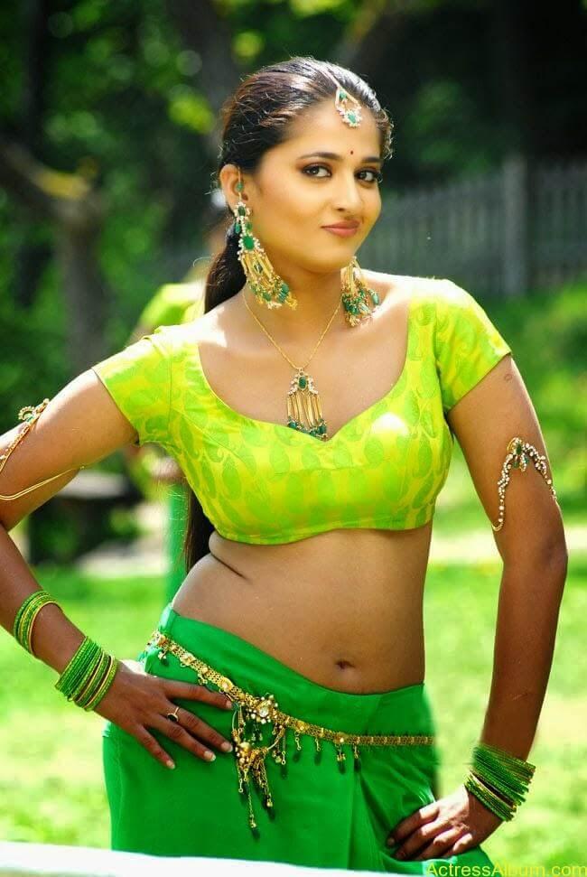 Actress Anushka Navel Show Photos 4