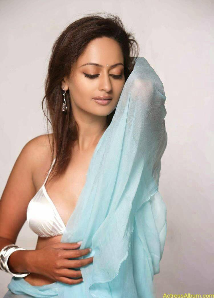 ACTRESS KAVERI JHA SPICY HALF SAREE2