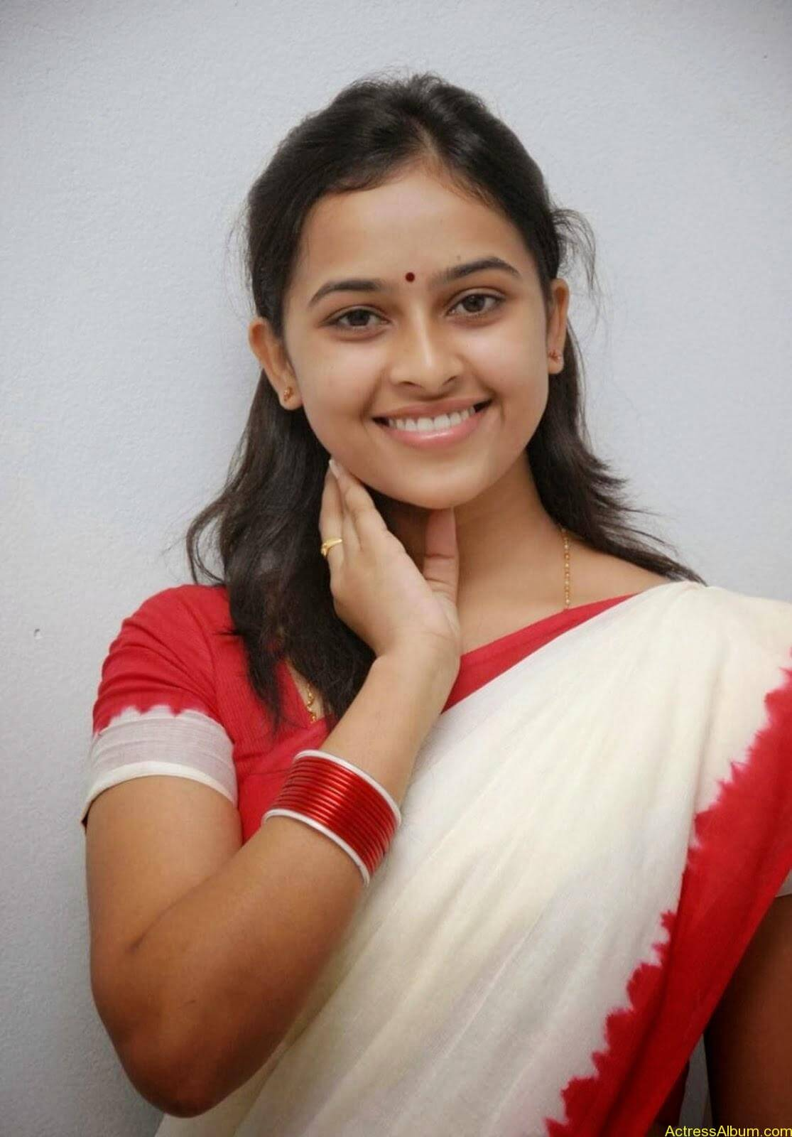 Actress Sri Divya In Saree New Sexy Looking Photos3