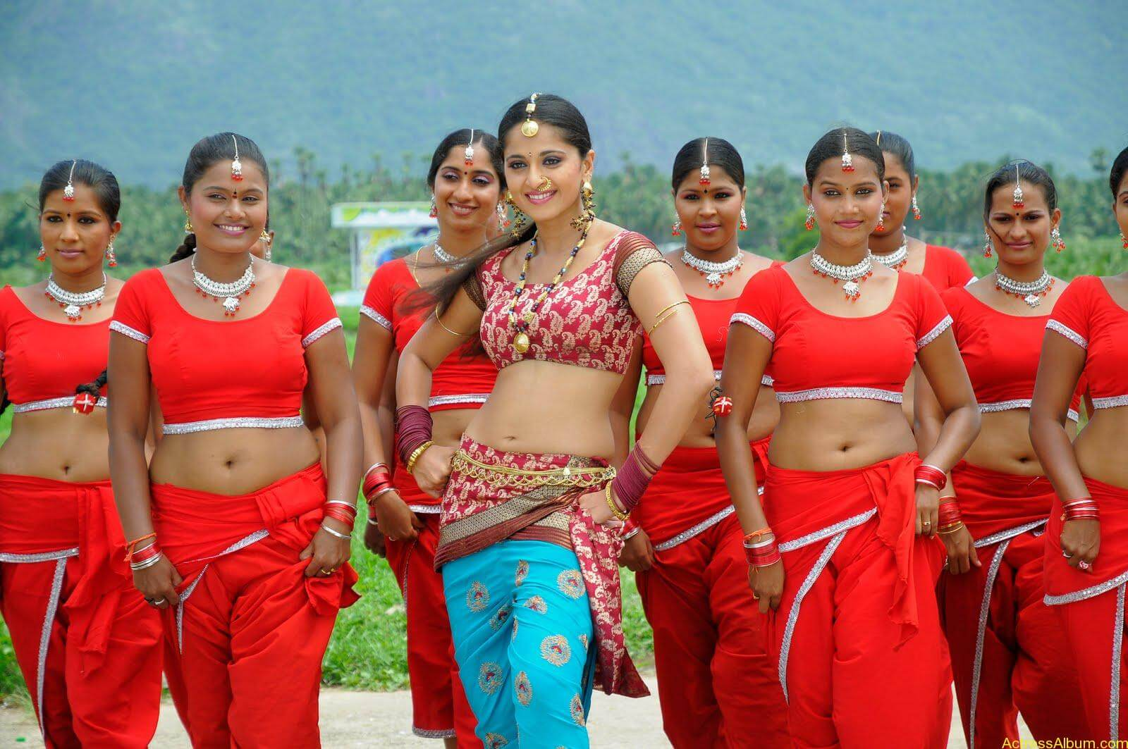 Anushka  Hot Stills in Puli Veta Movie (14)