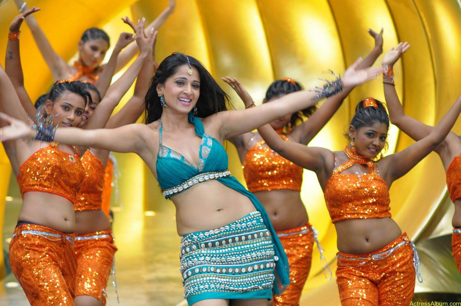 Anushka  Hot Stills in Puli Veta Movie (2)