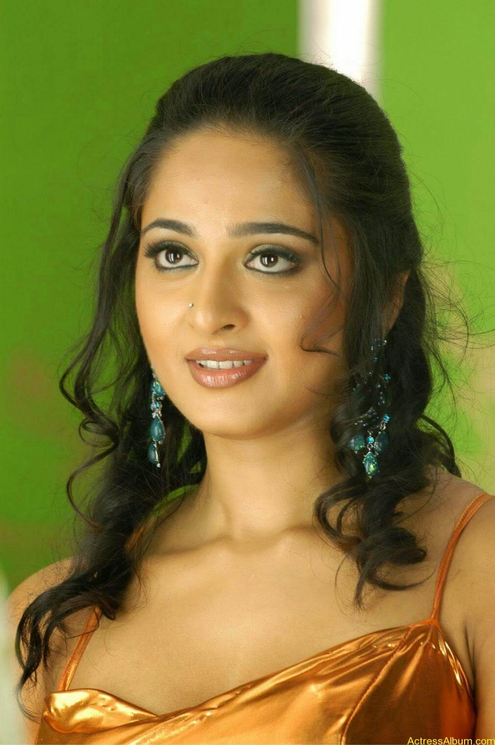 Anushka Shetty Sexy Stills In Hot Golden Dress