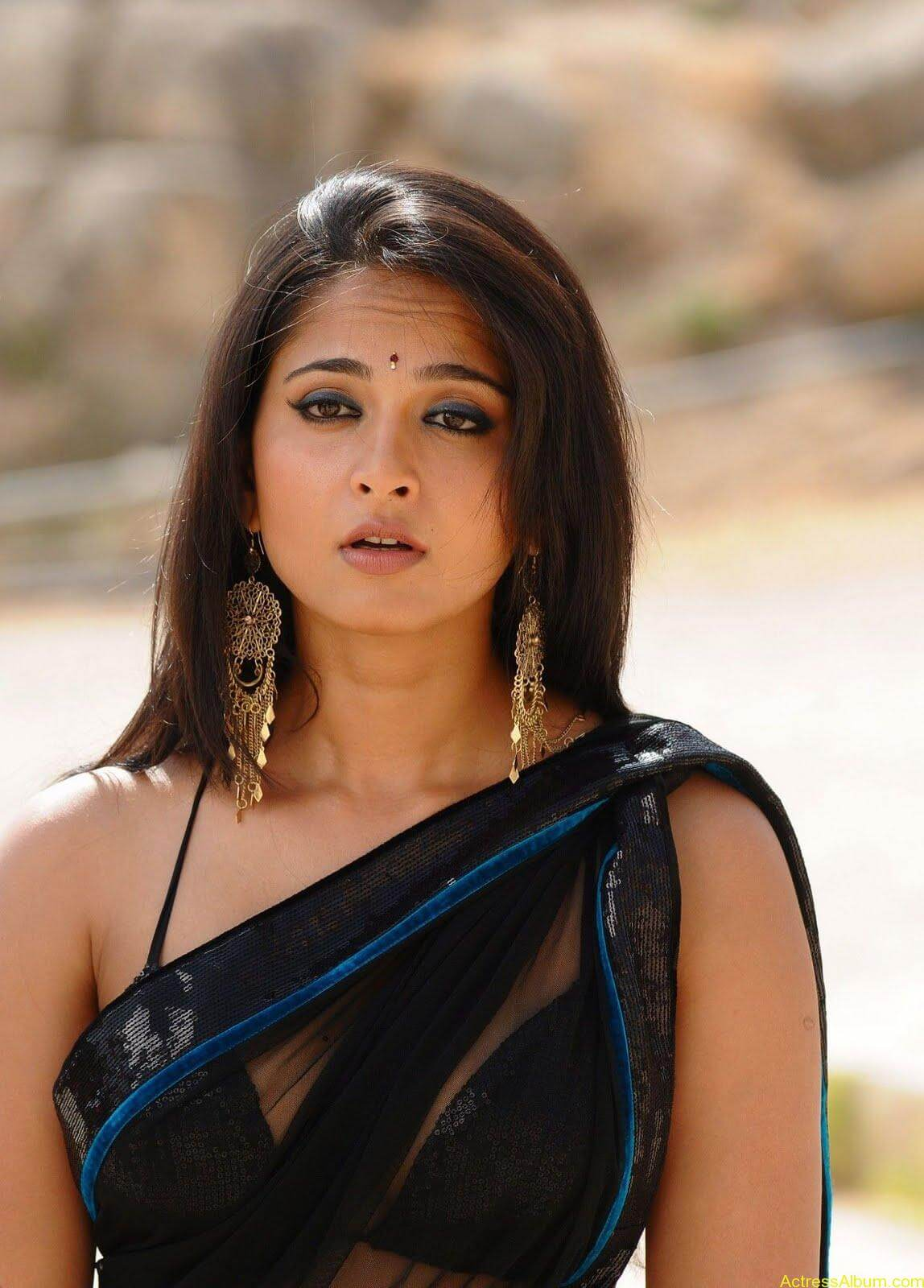 Anushka Shetty In Black Saree12