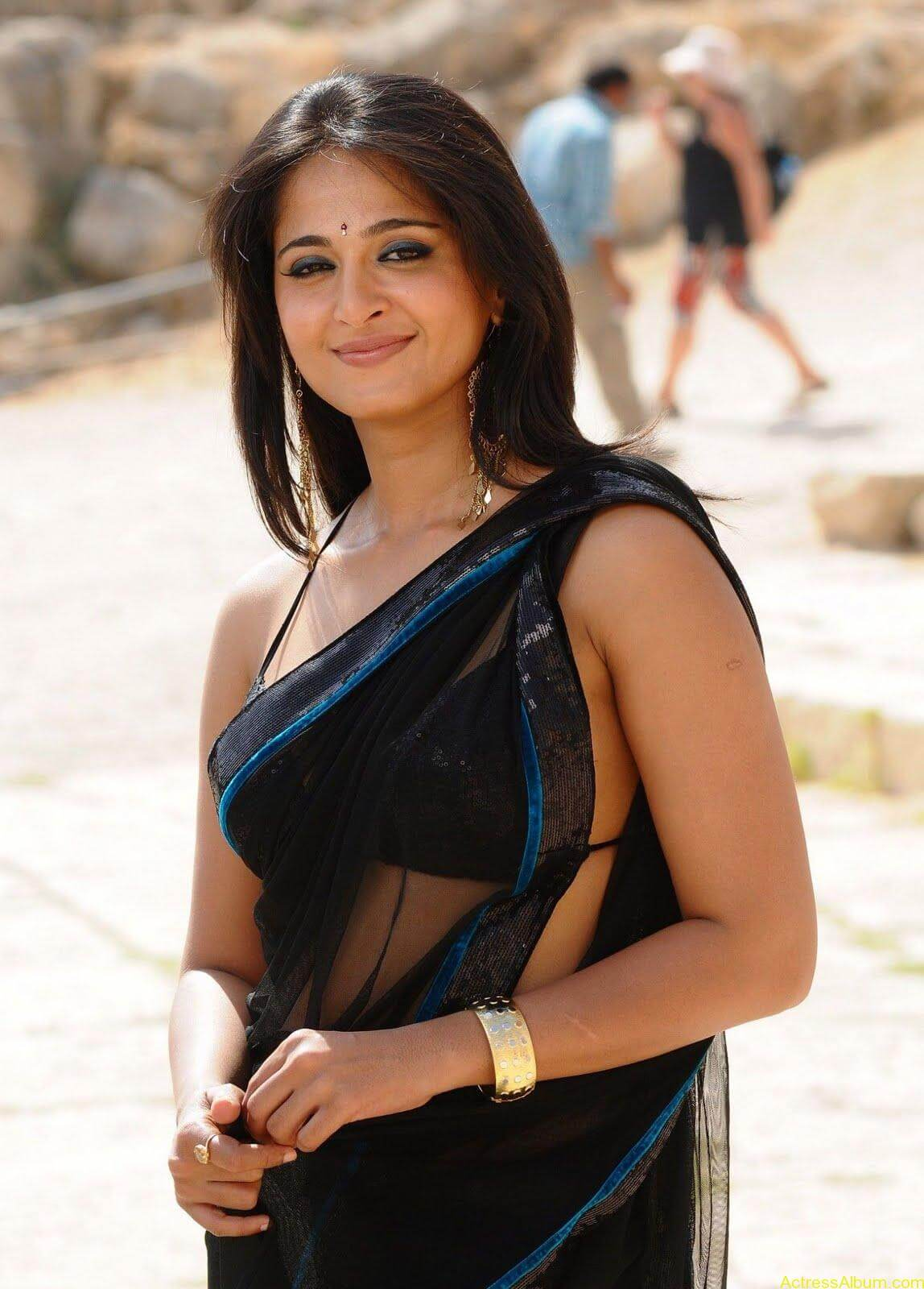 Anushka Shetty In Black Saree5