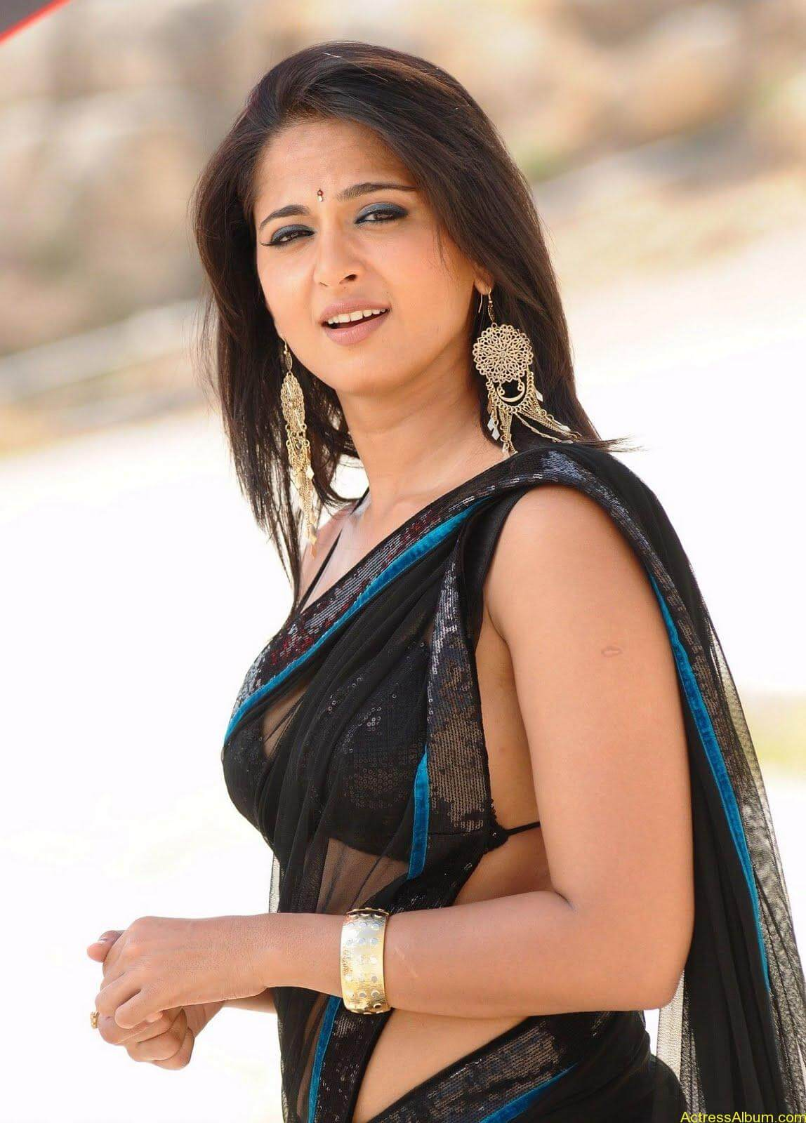 Anushka Shetty In Black Saree6