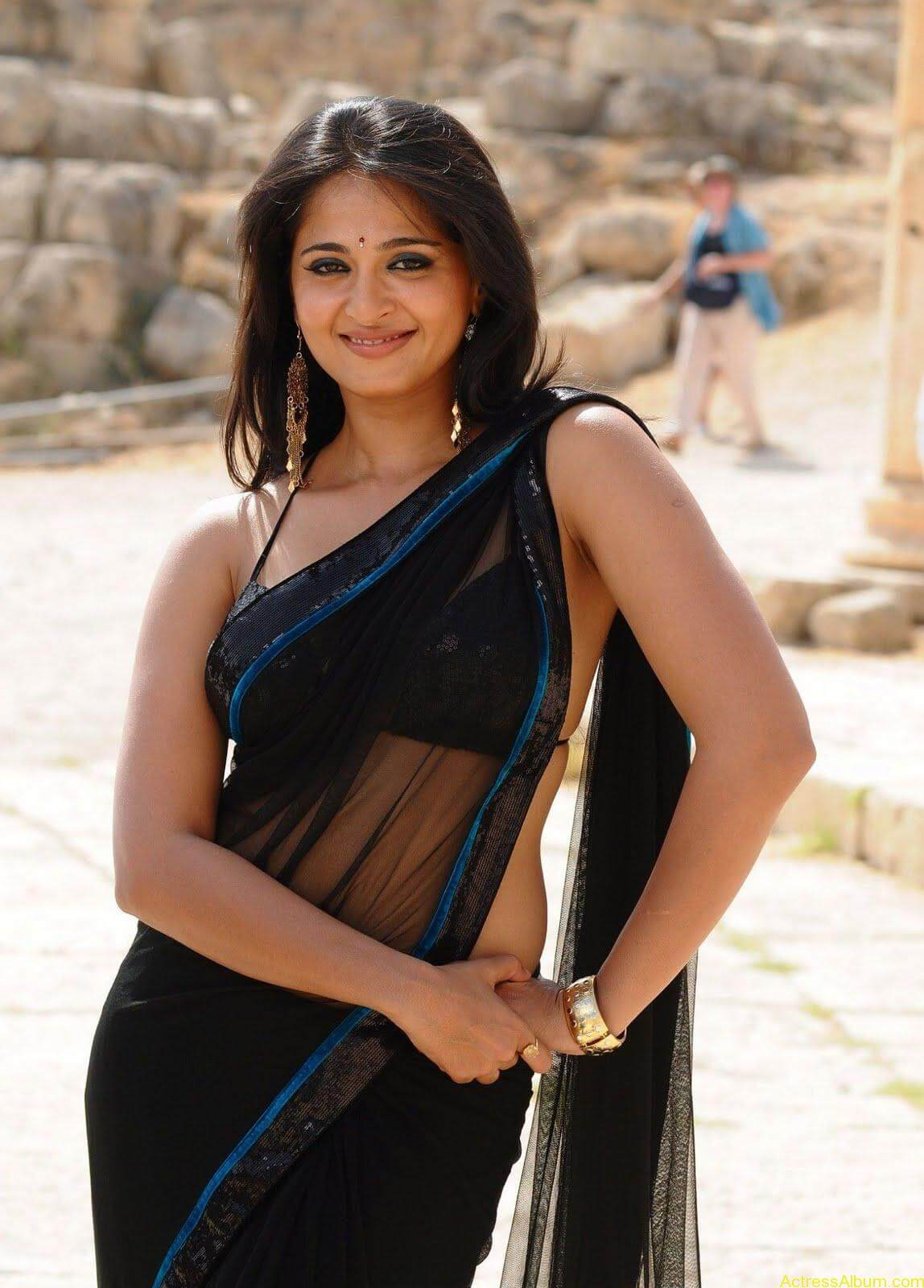 Anushka Shetty In Black Saree9