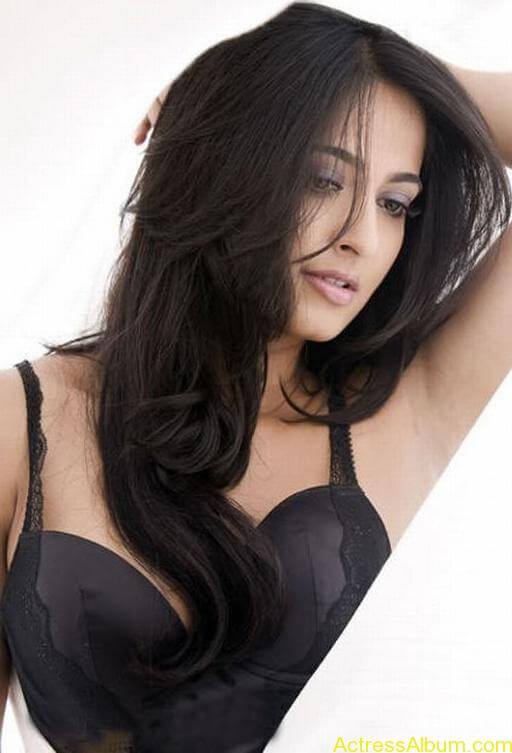 Anushka_Hot_Black_Dress Stills_1