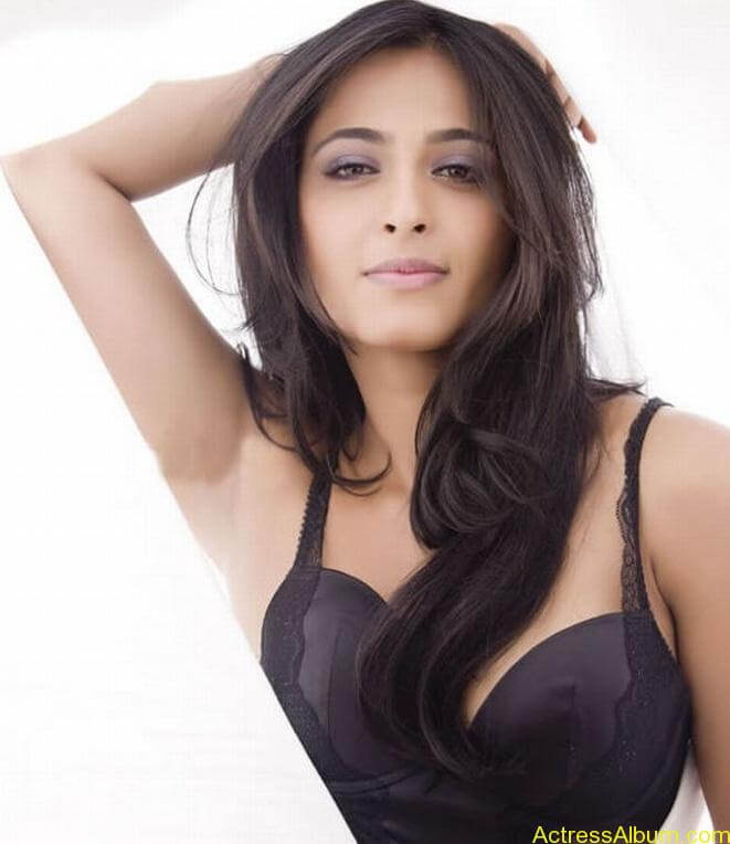 Anushka_Hot_Black_Dress_Stills2