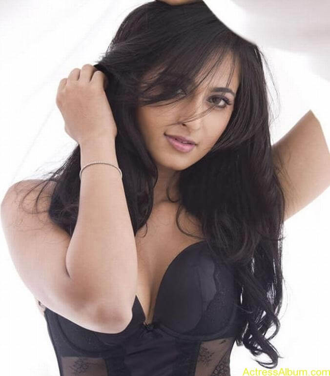 Anushka_Hot_Black_Dress_Stills3