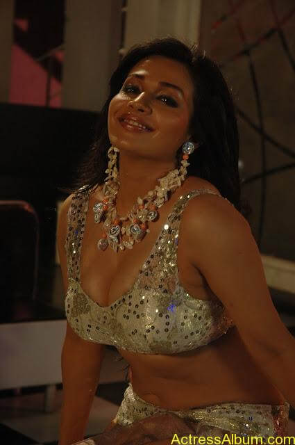 Asha Saini Bending Down to show Huge Cleavage in Item Song in Blue Dress