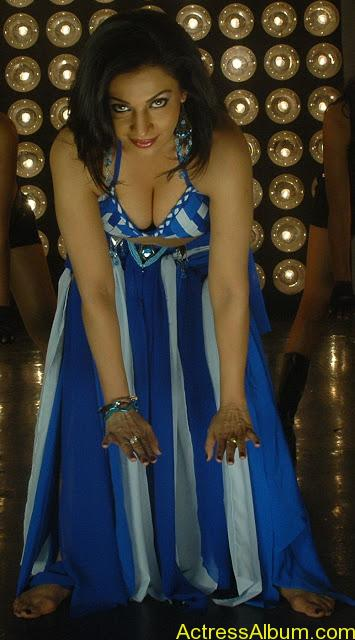 Asha Saini Bending Down to show Huge Cleavage in Item Song in Blue Dress1