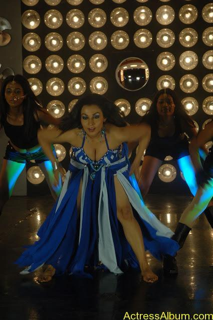 Asha Saini Bending Down to show Huge Cleavage in Item Song in Blue Dress2