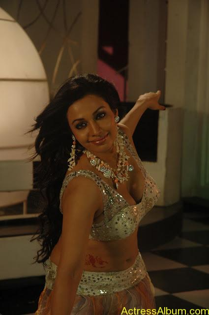 Asha Saini Bending Down to show Huge Cleavage in Item Song in Blue Dress5