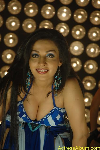 Asha Saini Bending Down to show Huge Cleavage in Item Song in Blue Dress6