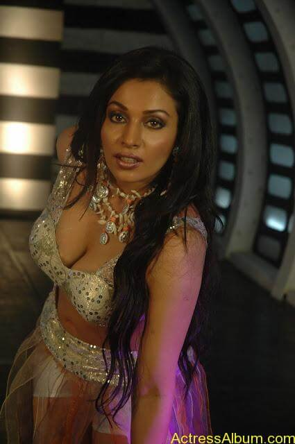 Asha Saini Bending Down to show Huge Cleavage in Item Song in Blue Dress7