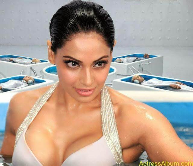 Bipasha-Basu-Hot-Spicy-Still-6