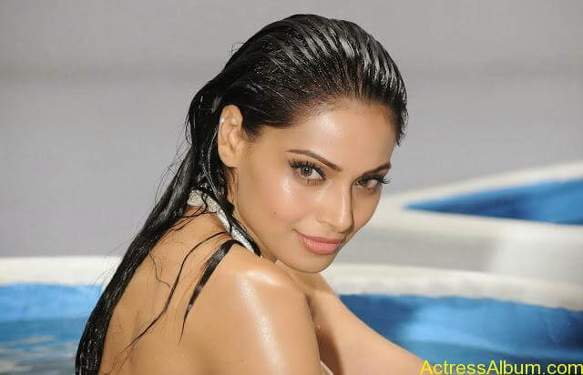 Bipasha-Basu-White-Bikini-Categories-Actress_1600x1029