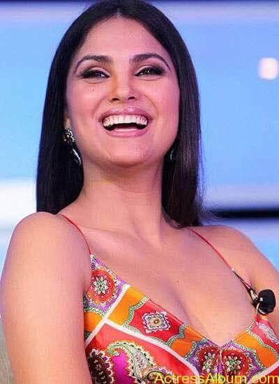 Bollywood-Actress-Lara-DuttaDeep Boobs Showing 042