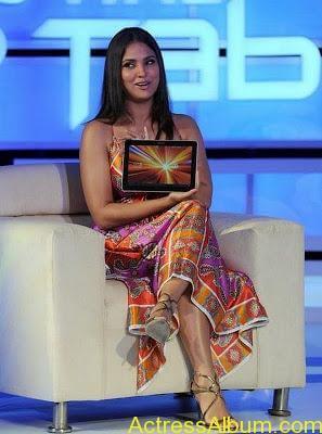 Bollywood-Actress-Lara-DuttaDeep Boobs Showing 069