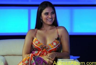 Bollywood-Actress-Lara-DuttaDeep Boobs Showing