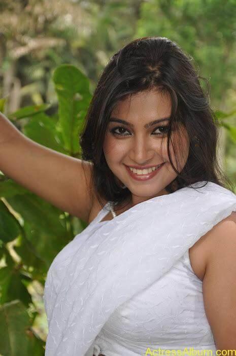 Hot-Tamil-Actress-in-White-Sleeveless-Saree-Blouse-Photos-Sathyasai-Movies-Stills-33