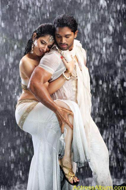 Hot Wet Navel Show By Tamanna in White Saree and Sleeveless Blouse4