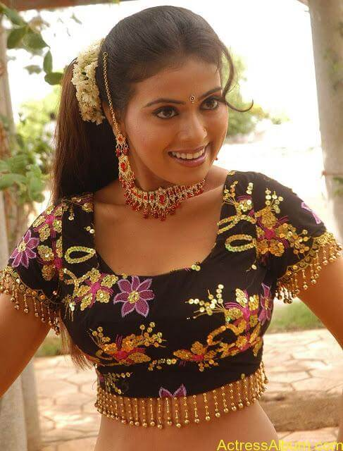 hq-tamil-actress-tejashree-hot-blouse-stills_10