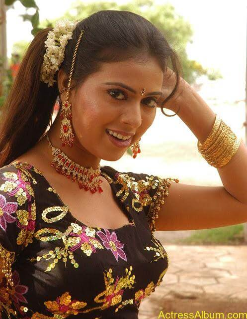hq-tamil-actress-tejashree-hot-blouse-stills_120