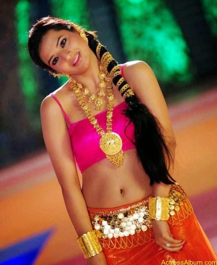 Isha Chawla Navel Show In Item Song Latest Photos3