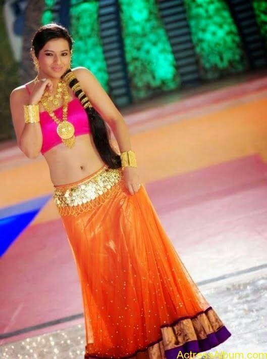 Isha Chawla Navel Show In Item Song Latest Photos5