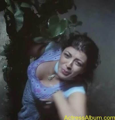 KAJAL AGARWAL HOT CLEAVAGE SHOW2