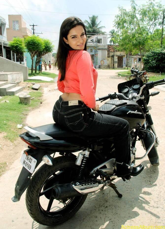 kantharvan-actress-Soundarya-stills-03