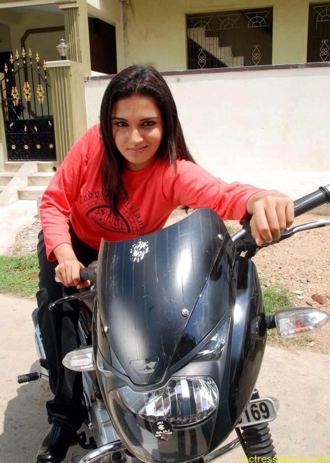 kantharvan-actress-Soundarya-stills-07