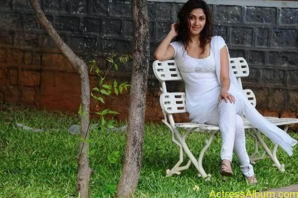 Manjari Fadnis In White Dress (8)