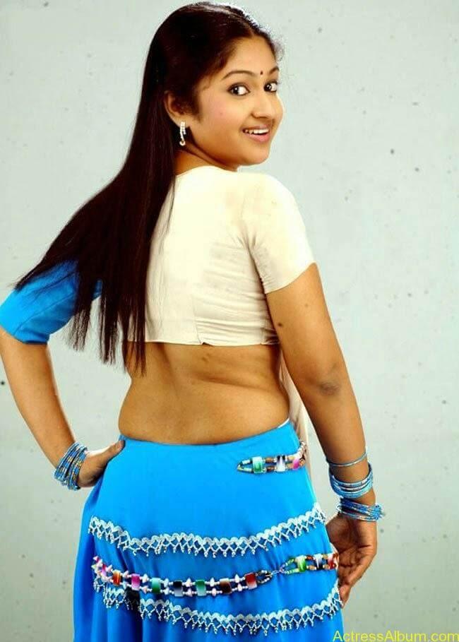 Mithra Kurian Hot Navel Pics In Green Saree 3