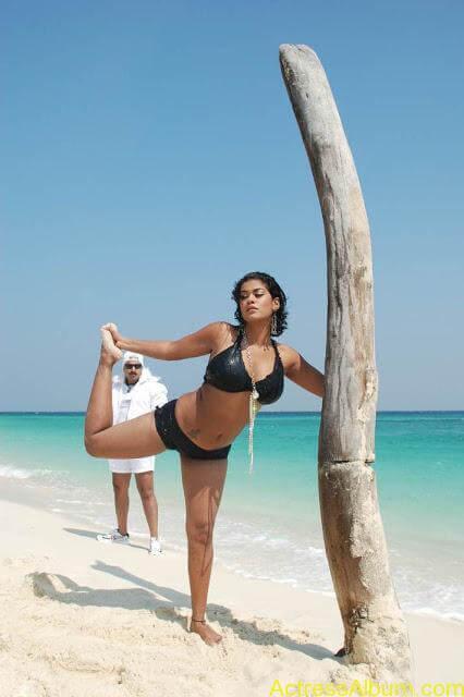 MumaithKhan-bikini stills (4)