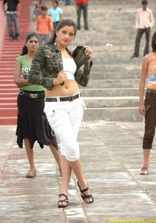 Navneeth Kaur latest hot deep navel show