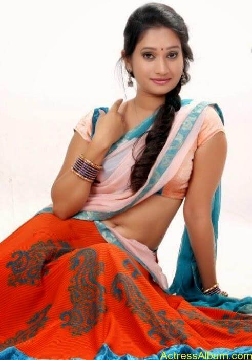 Priyanka Pallavi Navel Show in Saree 2