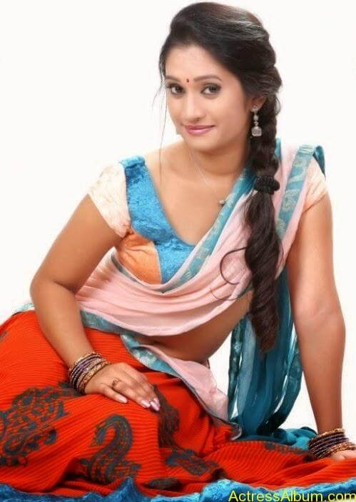 Priyanka Pallavi Navel Show in Saree 3
