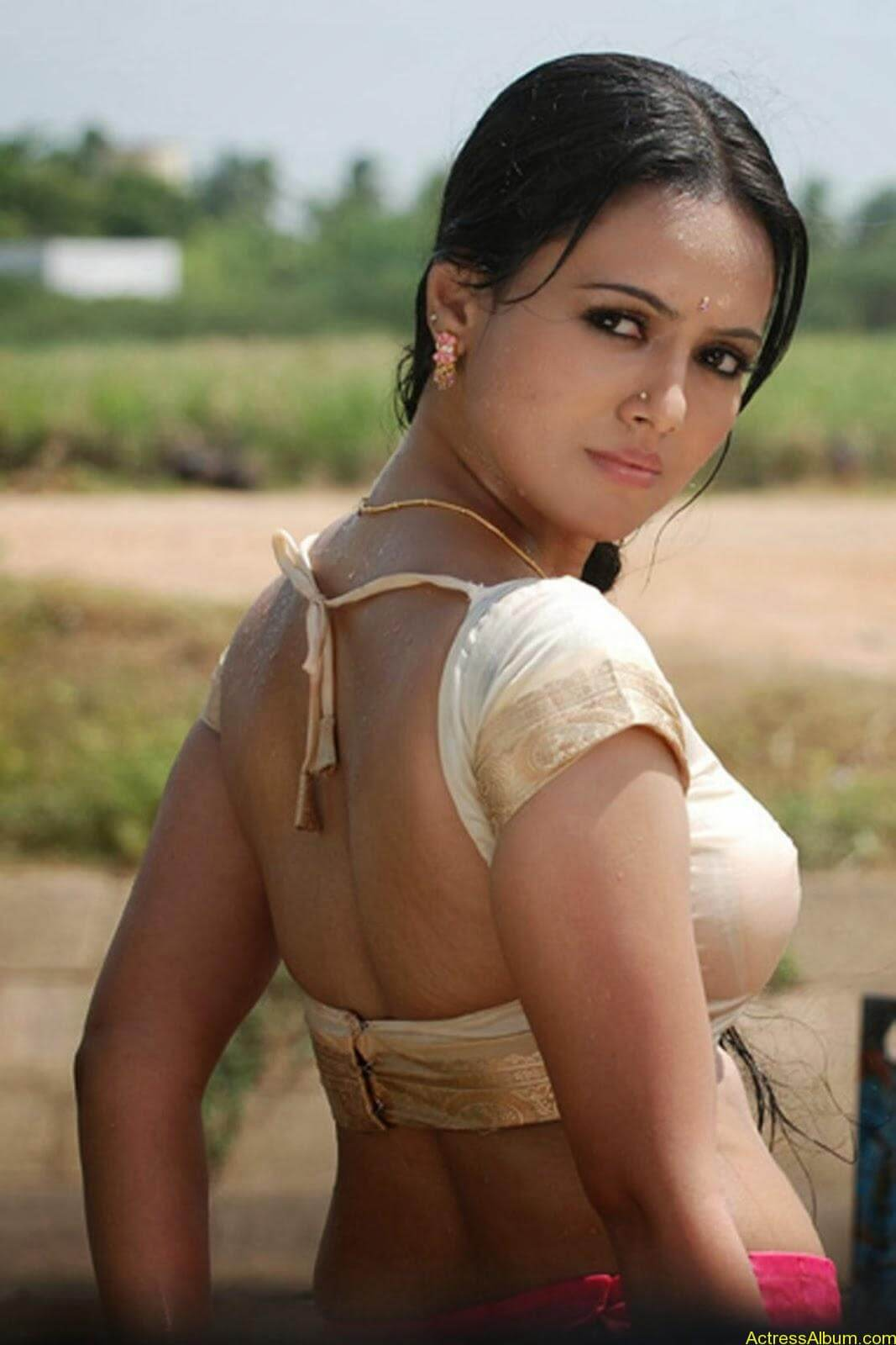 sana khan wet blouse.jpg