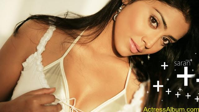 Shriya-Saran-Hot-Back-Less-Bra-Pictures-14-810x455