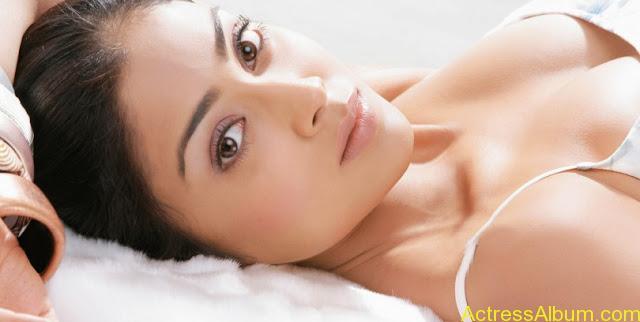 Shriya-Saran-Hot-Back-Less-Bra-Pictures-18-810x408