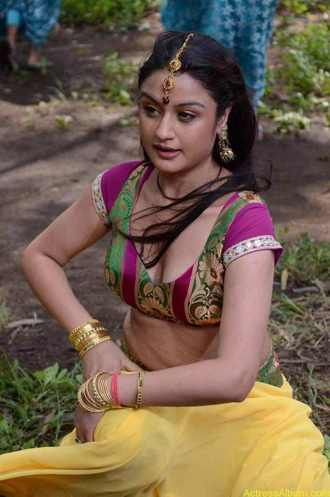 Sonia Agarwal Unseen Hot Navel Photos