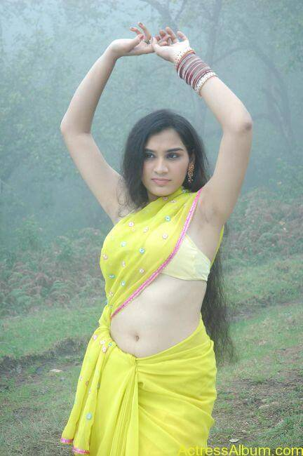 Suhani hot navel show from tamil movie7