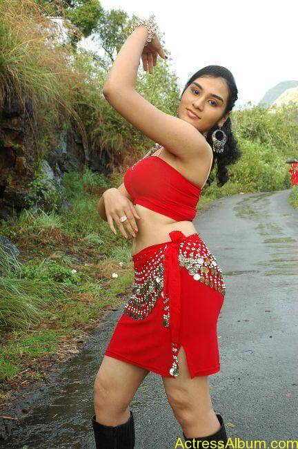 Suhani hot navel show from tamil movie8