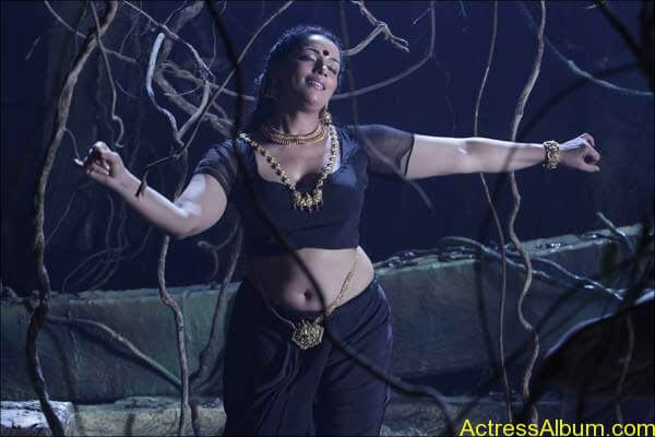 swetha_menon_black_blouse_boobs_navel_rathinirvedam2_6